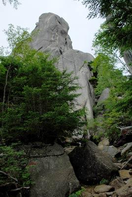 突き出したような岩