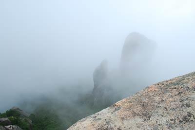 山頂の岩から下を覗き込む