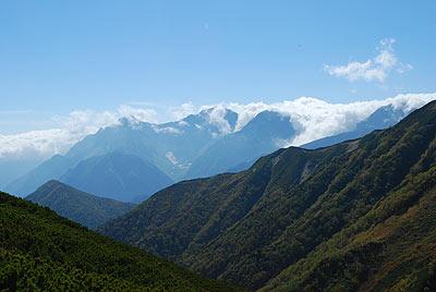 雲が穂高岳を取り囲む…