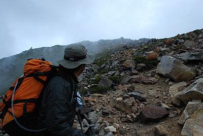 常念岳を見上げる