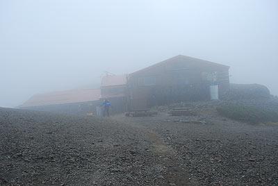 霧に包まれた蝶ヶ岳ヒュッテ