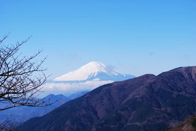 青空の中の雪化粧をした富士山